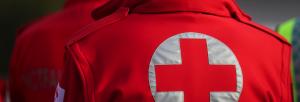 Chaqueta de cruz roja desde atrás