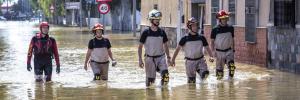 bomberos rescatando en inundación