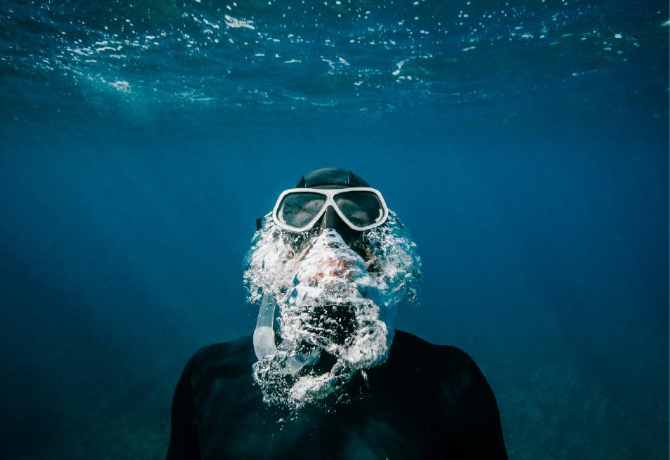 buzo emergiendo del agua
