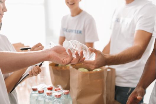 jovenes reparten agua mineral como compromiso saludable