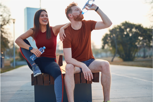 deportistas hidratándose con agua mineral