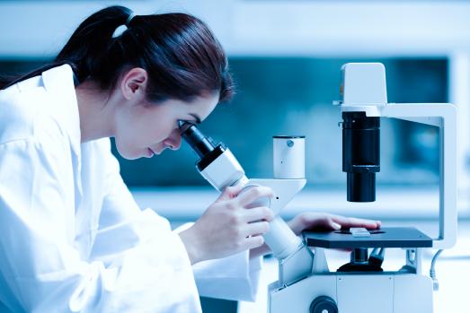 mujer en laboratorio calidad del agua