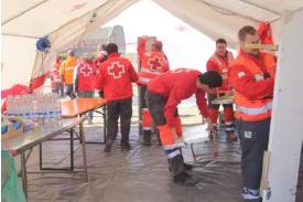 voluntarios de cruz roja en banco solidario de agua