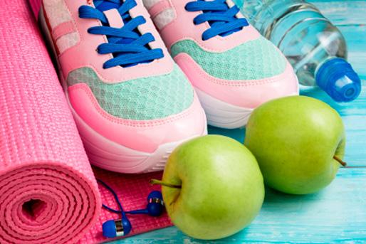 unas zapatillas de deporte junto a una manzana