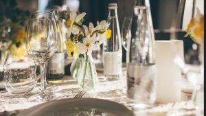 botellas de vidrio de agua mineral en un restaurante