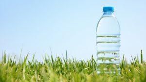 Botella de Agua Mineral en la naturaleza
