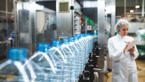 producción envases de agua en fabrica