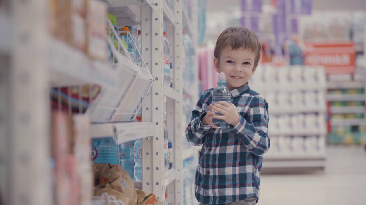 niño con una botella de agua mineral