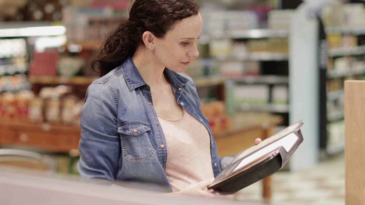 mujer leyendo un cuaderno en una tienda