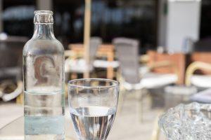 agua mineral natural fresca en botella de vidrio