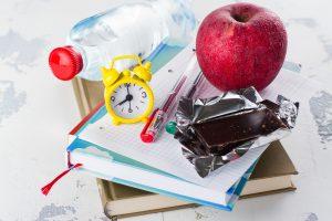 alimentos sobre una libreta FIAB y ANIS alimentación y salud