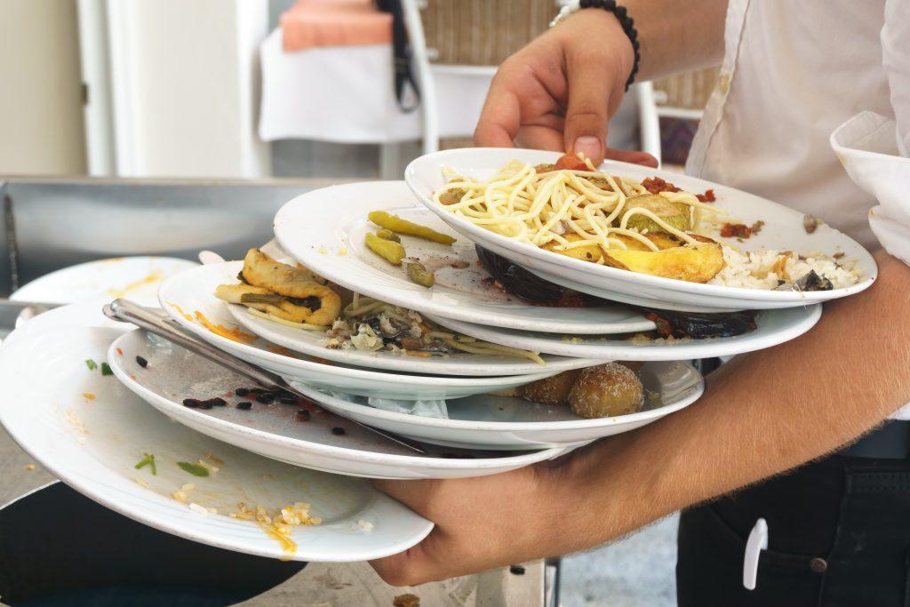 Restos de comida en platos