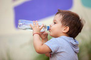 Hidratación de un niño